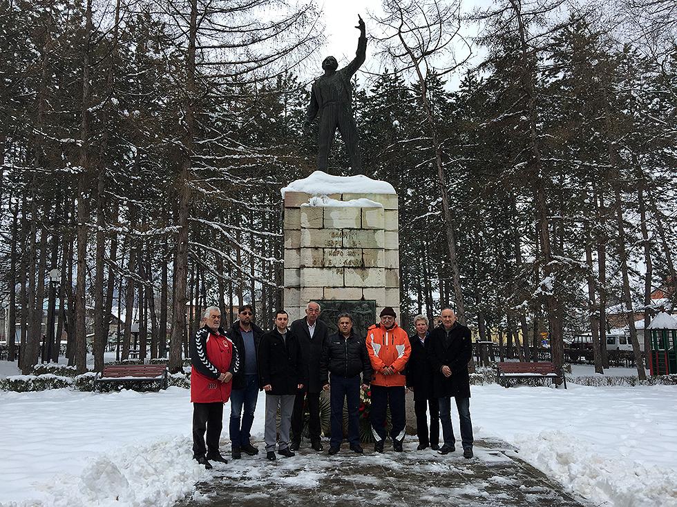 GODIŠNJICA NATO BOMBARDOVANJA: Položeni venci na spomen obeležju palim borcima u gradskom parku