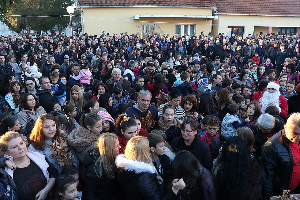 Okupljeni vernici u porti Crkve, foto: M. Miladinović