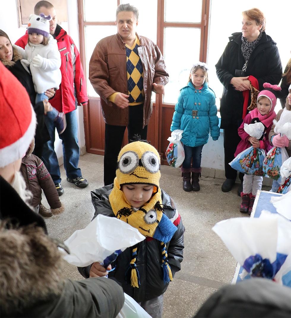 Podeljeni paketići za decu iz Prekonoge