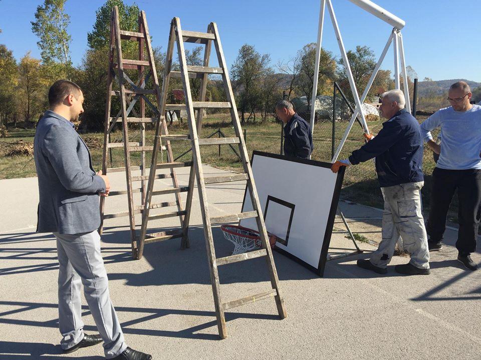 Postavljanje novih košarkaških tabli širom Svrljiga, foto: M. Miladinović