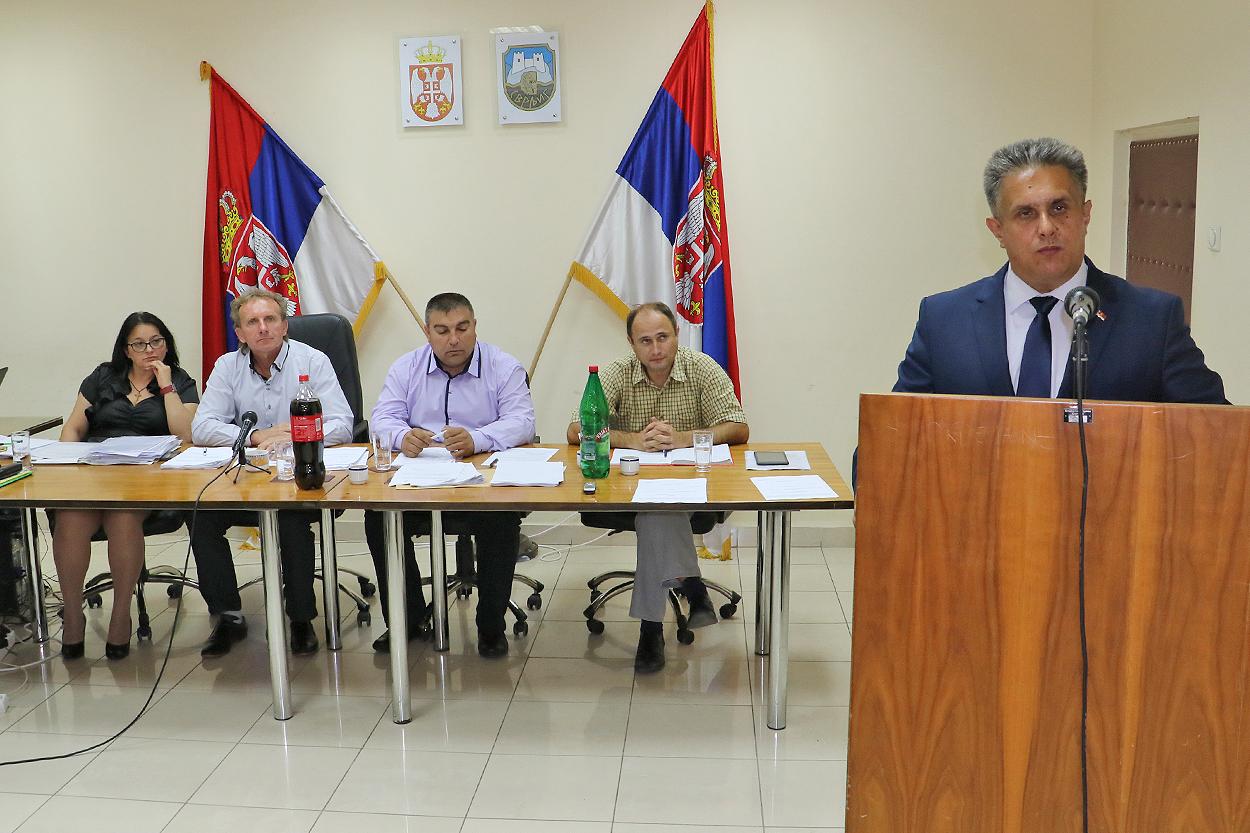 Odbornik Milija Miletić za skupštinskom govornicom, foto: M. Miladinović