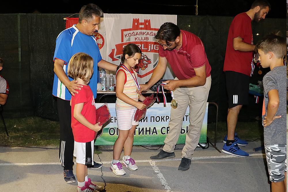 Igor Davidović prilikom uručivanja nagrada najmlađim učesnicima, foto: M. Miladinović, Svrljiške novine