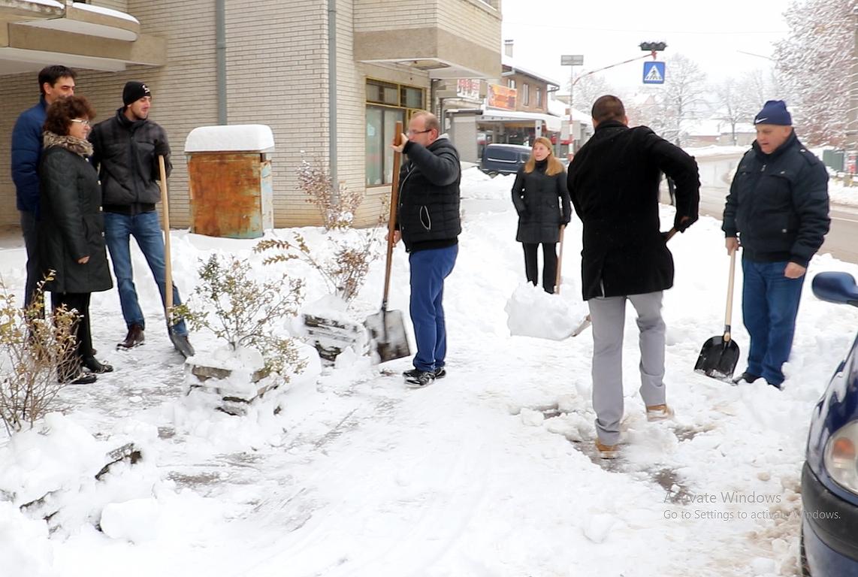 OO USS Svrljig organizovao akciju čišćenja snega (VIDEO)