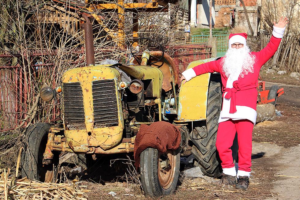 Deda Mraz pored traktora, foto: Svrljiške novine