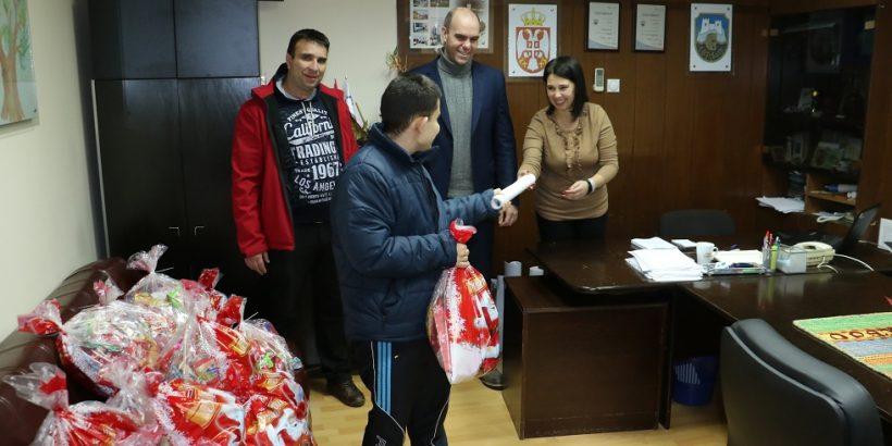 """Novogodišnji paketići – dar kompanije """"Dunav osiguranje"""""""