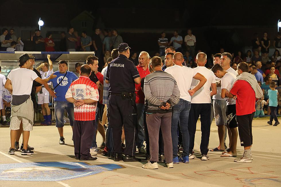 Navijači upali na teren i prekinuli meč, foto: Svrljiške novine