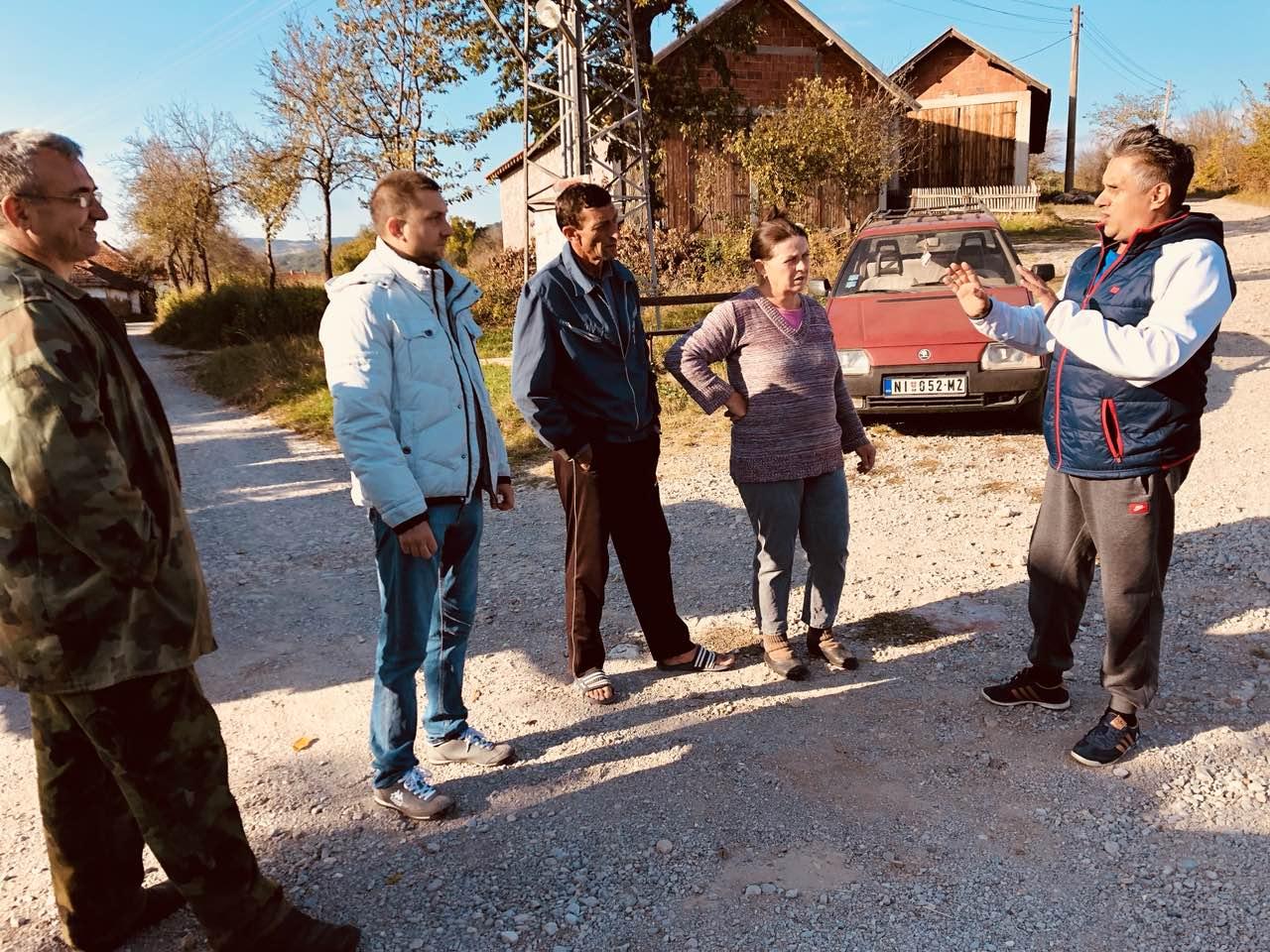 Milija Miletić u razgovoru sa meštanima Izvora, foto: M.M.