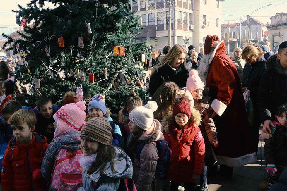 BOŽIĆNI FESTIVAL: Okićena jelka u centru grada