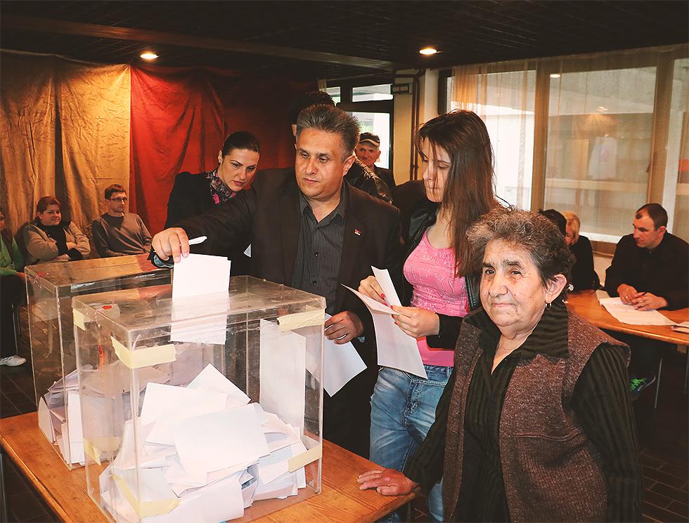 Miletić glasao u pratnji porodice