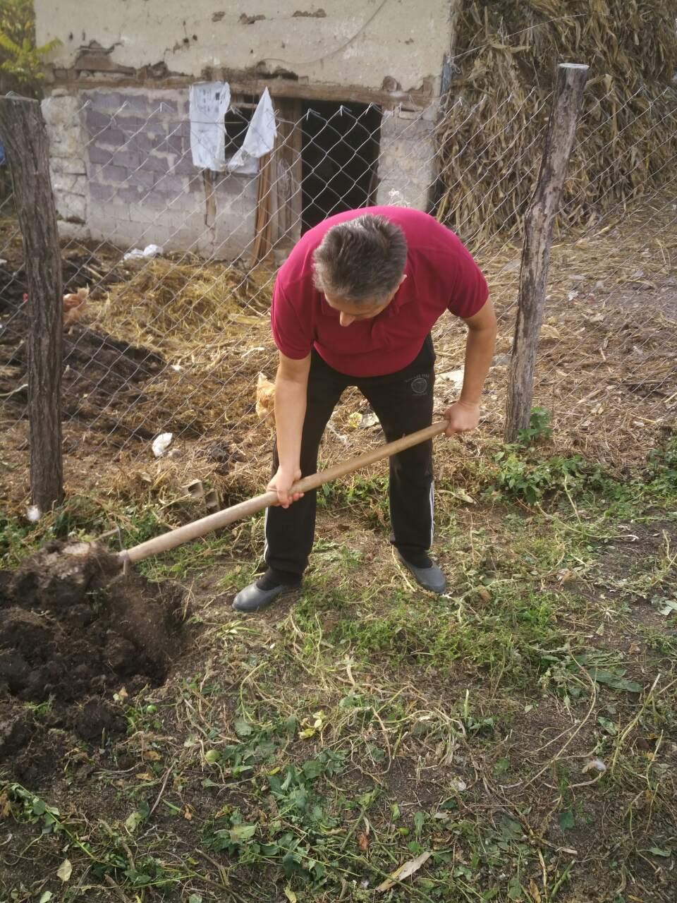 Poslanik zasukao rukave da bi obrađivao zemljište!