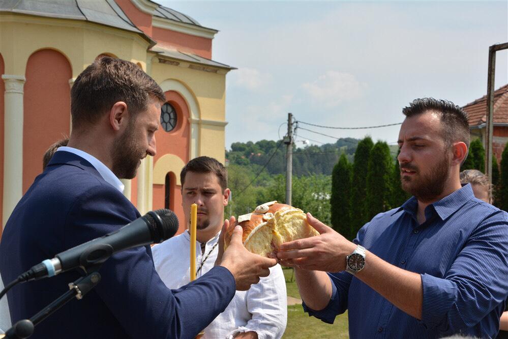 Miladinović preuzima kolač od Mladenovića