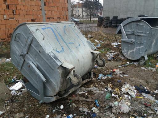 FOTO INFO: Građani Radetove nezadovoljni radom radnika na smećaru