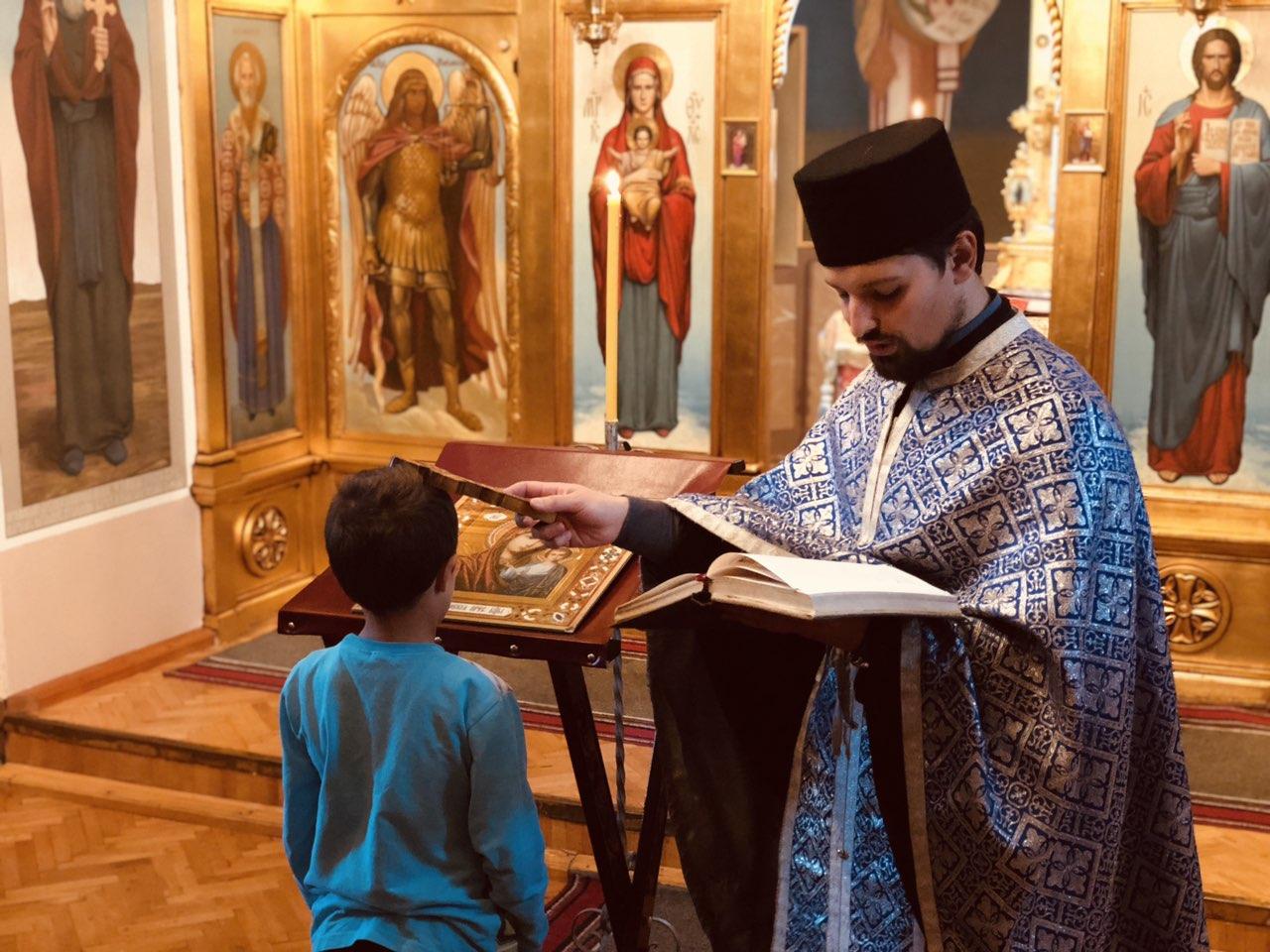 CRKVA SVRLJIG: Veliki broj vernika na služenju akatista Presvetoj Bogorodici