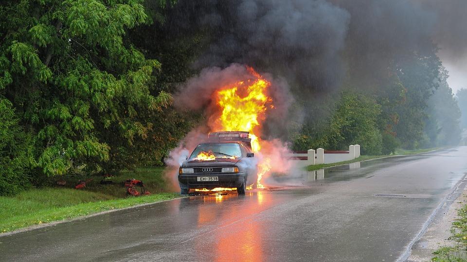 Zapaljen automobil, ilustracija, foto: vainodesositis / pixabay.com