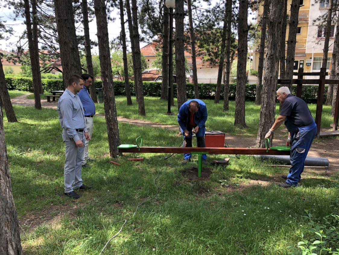 Predsednik SO Svrljig i pomoćnik predsednice opštine obišli radove u parku, foto: Redakcija
