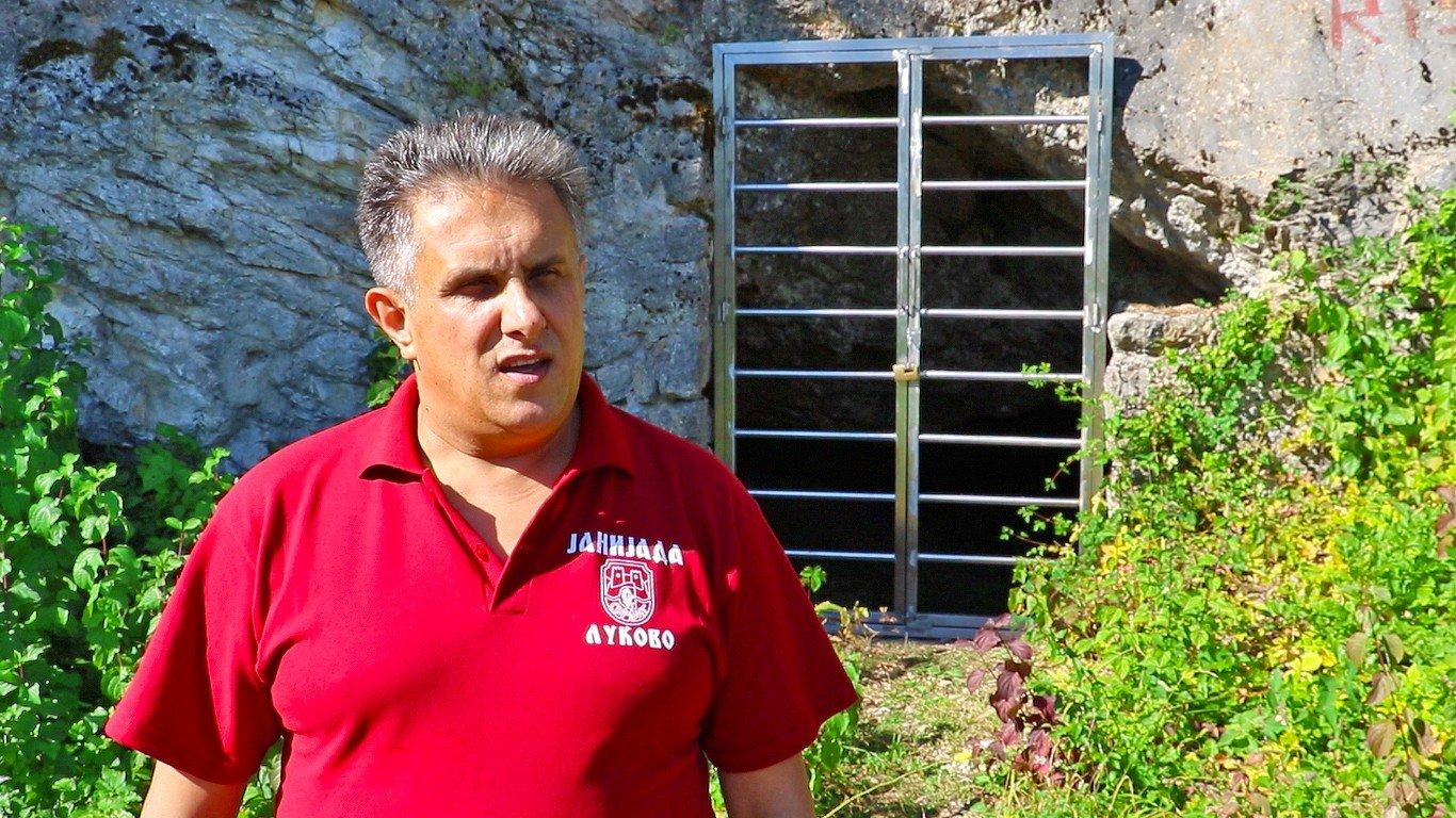 Narodni poslanik Milija Miletić ispred ulaza u Prekonošku pećinu, foto: M. Miladinović