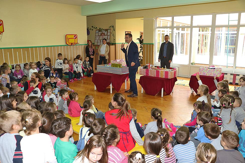 Direktor Miletić i pomoćnik Marković sa decom, foto: M. Miladinović