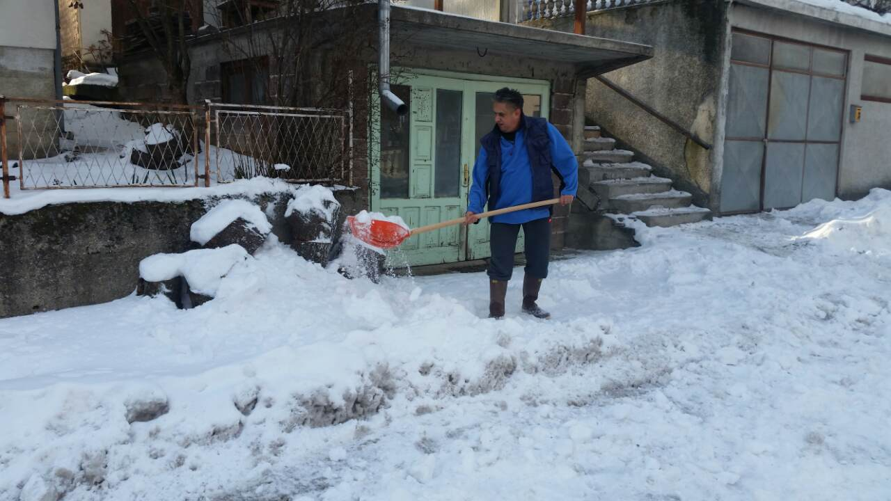 Narodni poslanik Milija Miletić se latio lopate i čistio sneg