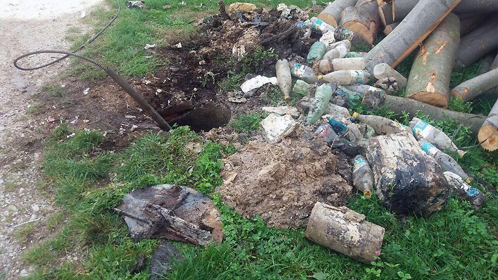 BRUKA I SRAMOTA: Iz šahte izvadili 32 flaše, dva panja i komine