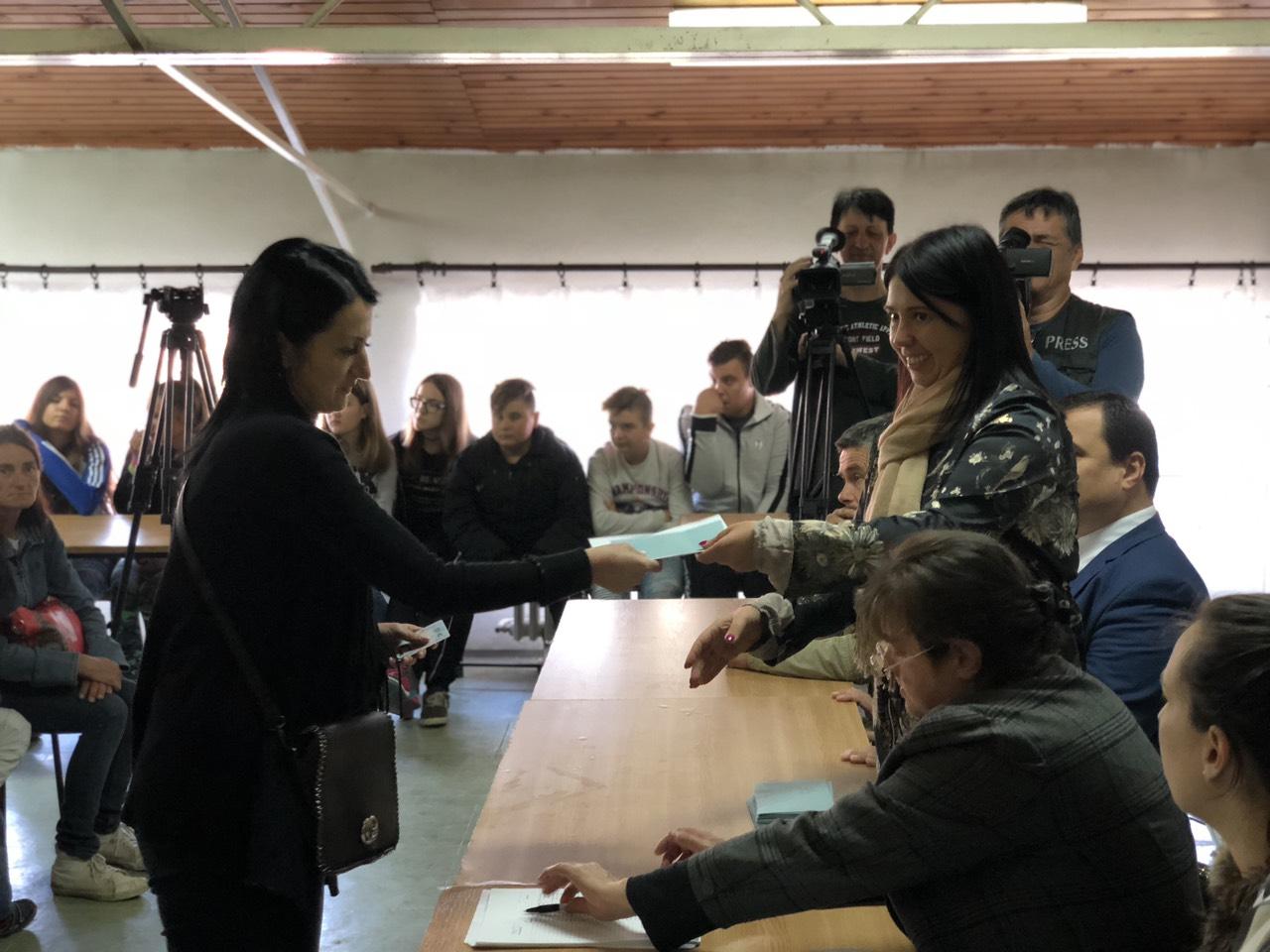 Predsednica opštine Svrljig uručuje sredstva roditeljima, foto: Redakcija