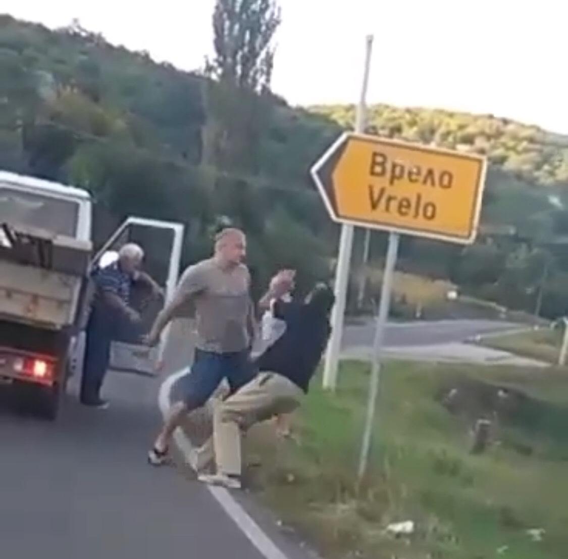 BAHATO: Tuča nasred puta na ulazu u Vrelo (VIDEO)